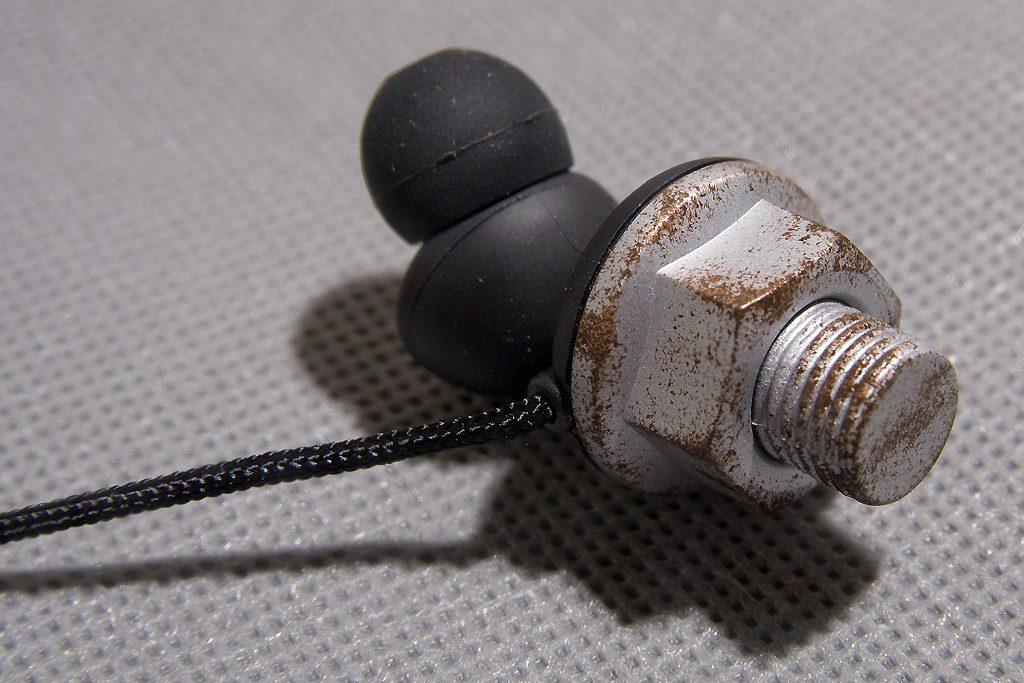 quarkies-stunning-design-perfect-earphone-rusty-bolt-closeup